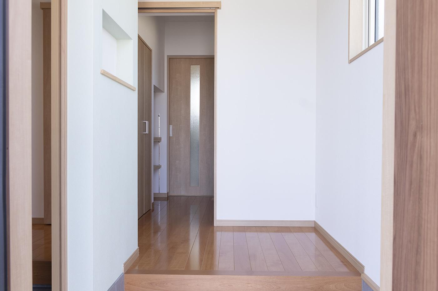 玄関から。奥の扉の向こうが脱衣場